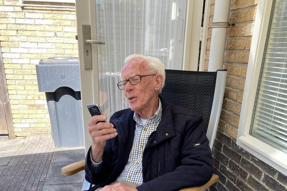 Al acht weken is de 92-jarige Henk Tiesma aan huis gekluisterd: dank zij een clubje Leidenaars ziet hij zijn familie nu dankzij beeldbellen