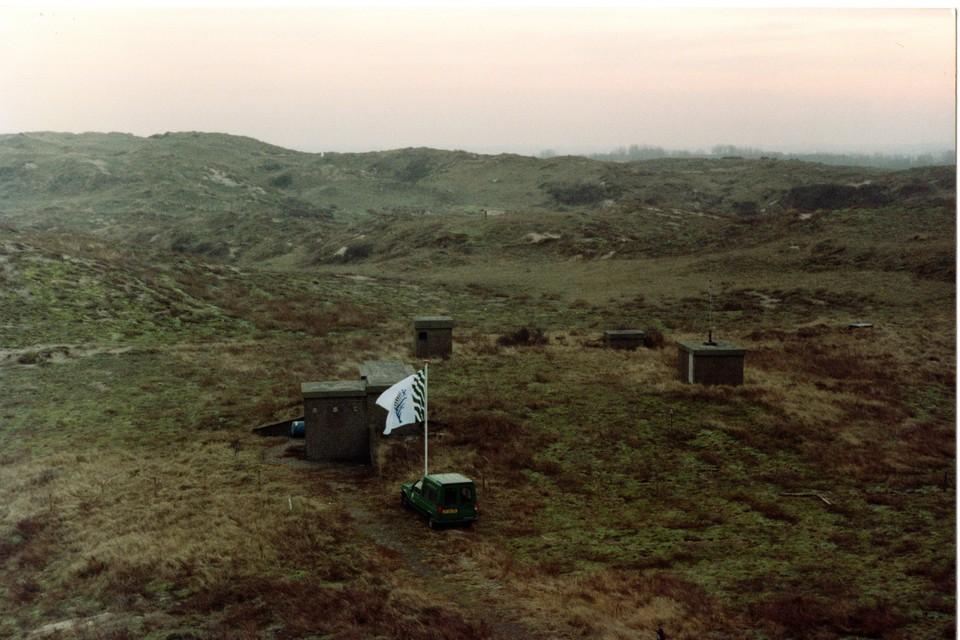 De bovengrondse bouwwerken van de Koopvaardij-bunker in de duinen bij Noordwijk, januari 1994.