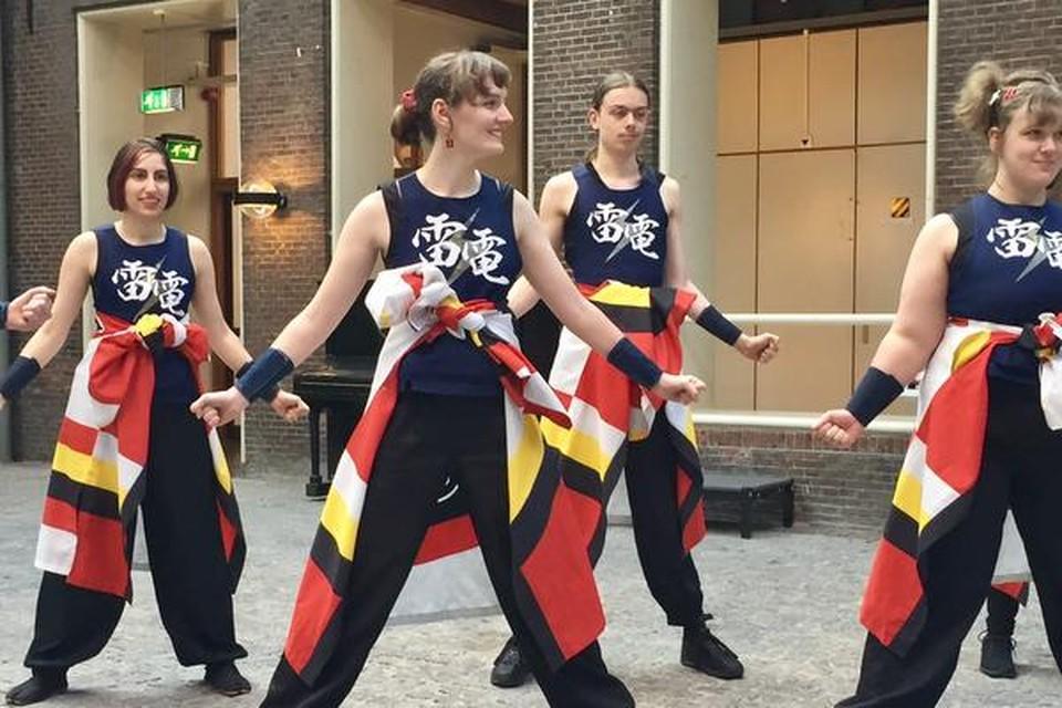 Dansgroep Raiden Yosakoi van Leidse studenten deed een Japanse dans voor de delegatie.