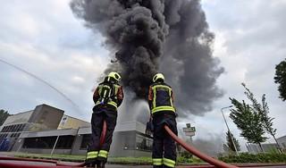 Grote brand bij bedrijf in Bodegraven laait weer op, brandweer tot maandagochtend bezig met blussen [update/video]
