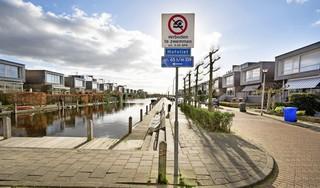 Bootbezitters winnen slag om de Hofvliethaven in Voorschoten: zwemverbod blijft. Emoties lopen hoog op: 'Zwemmen mag dus nergens meer'