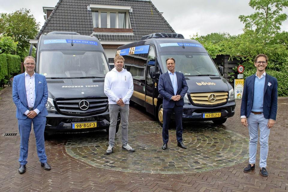 John Brouwer (Brouwer Tours), Ferry van den Burg (Camping De Duinpan), Eric Beuk (Koninklijke Beuk) en Roberto ter Hark (wethouder) bij de start van de 'Hop on Hop off bus'.