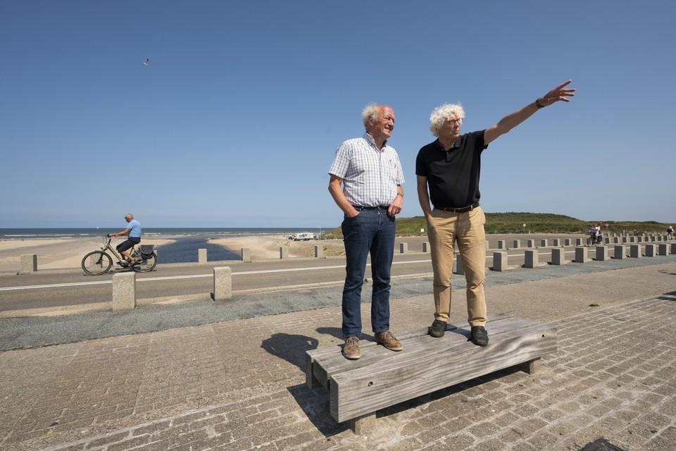 Architecten Joop Siera (links) en Fons Verheijen hebben grootse plannen voor de Katwijkse Uitwatering.