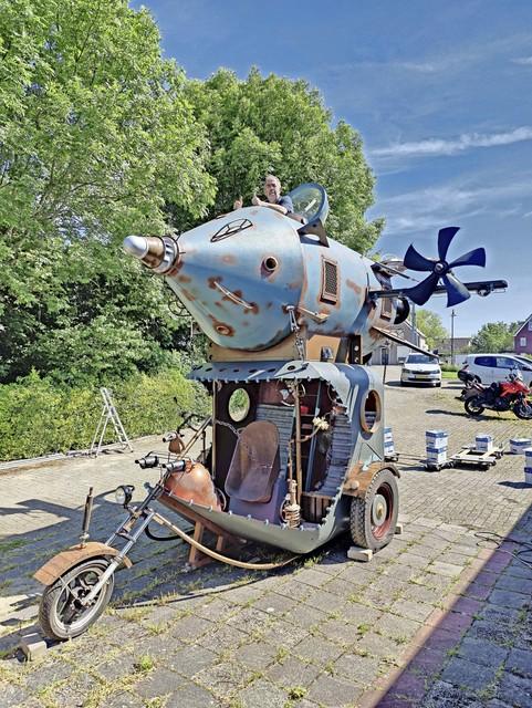 De creatie van Cock Zandvliet compleet: trike met raket.