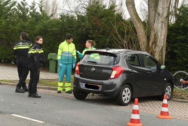 Haagweg in Leiden dicht na botsing tussen auto en taxibusje