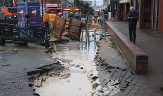 Waterleiding geraakt in Noordwijkse Hoofdstraat; winkels en kelders ondergelopen, sinkholes in straat [video]