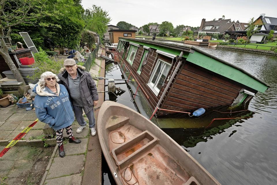 Wim en Elly Verhart bij hun gekapseisde doom: ,,Van de verzekering hadden ze het druk in Zuid-Limburg.''