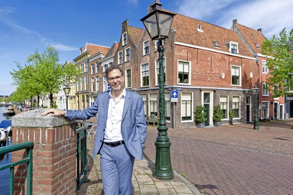 Casper de Jonge bij het Griekse muurgedicht van de dichteres Sappho, op de hoek van de Oude Singel en de Volmolengracht in Leiden.