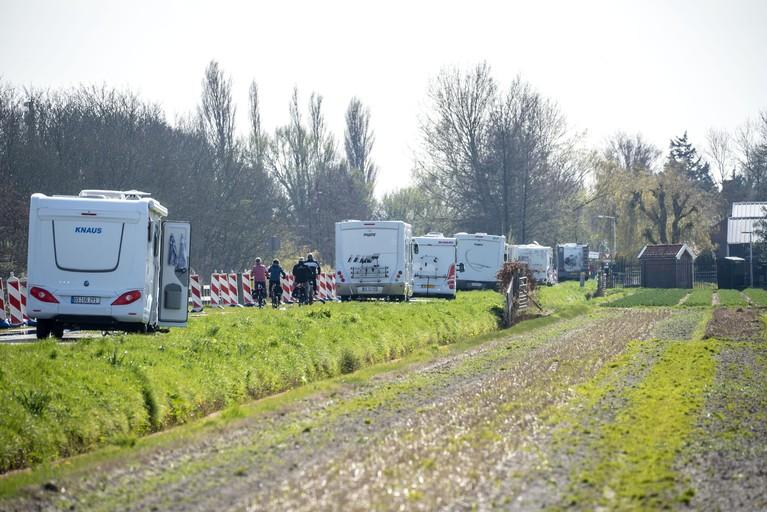 Toch nog overlast toeristen in bollenvelden, Leidsevaart dicht voor campers