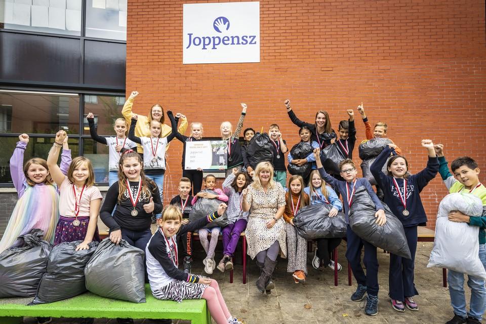 Wethouder Yvonne van Delft reikt de Leidse Textielrace-prijs uit aan groep 6 van de Joppenszschool.