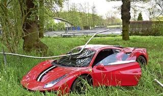 Peperdure Ferrari raakt van de weg en ramt hekwerk in Wassenaar, crash vastgelegd op beeld [video]