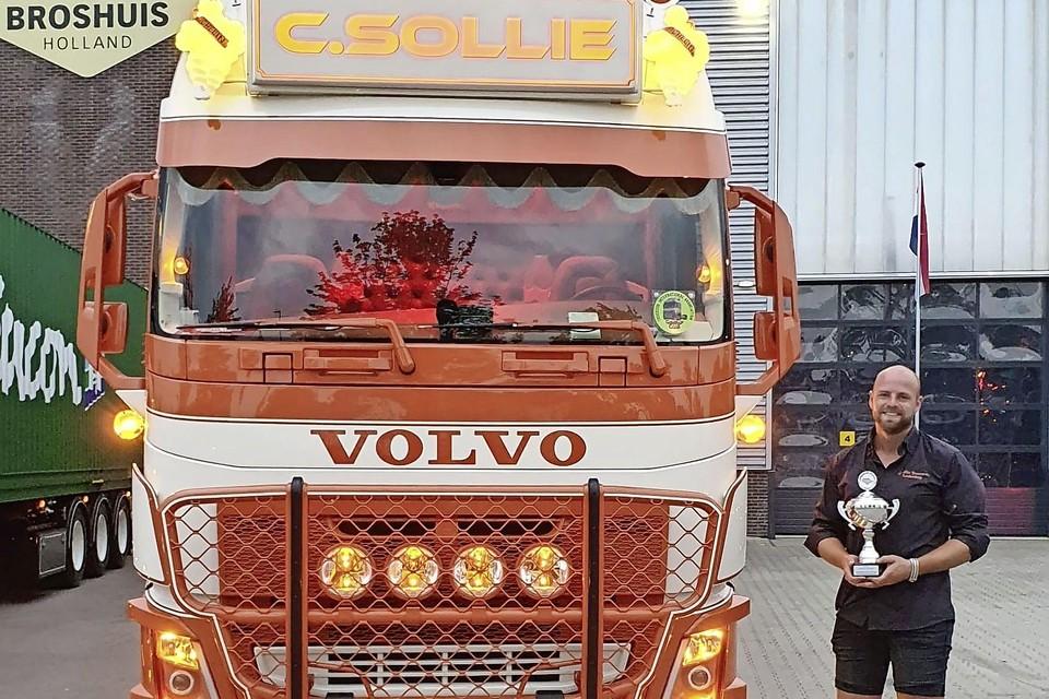 Chris Sollie uit Leiderdorp met zijn zilveren beker die hij verdiende met zijn stoere Volvo FH4.