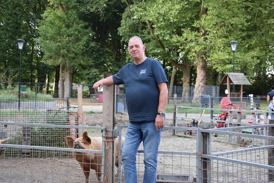 Michel geniet van zijn pensioen als vrijwilliger bij Kinderboerderij Bospark.